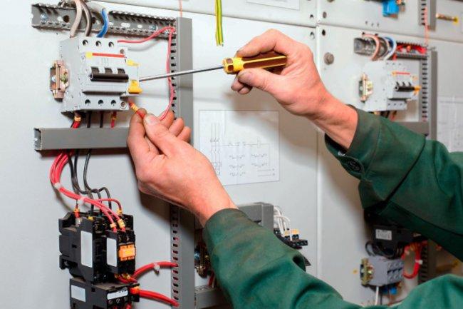 От чего зависит стоимость услуг электрика?